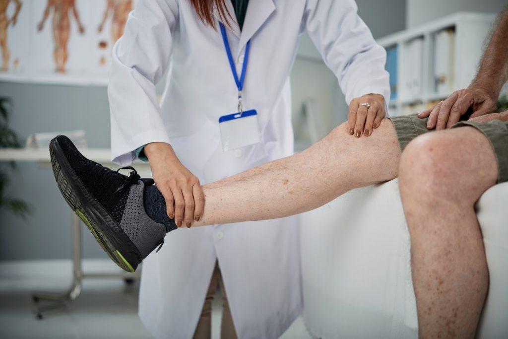médico examinando