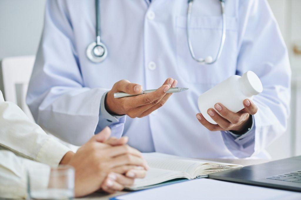 médico consultando