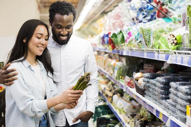 casal consumindo produtos orgânicos