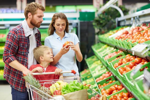 família-escolhendo-produtos-orgânicos