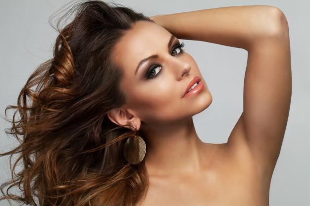 mulher cabelo comprido que usa cosméticos naturais