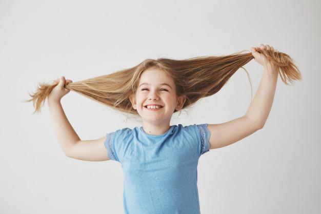 criança-com-cabelo-longo-shampoo-orgânico-para-crescimento