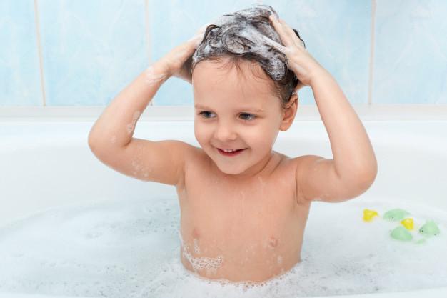 criança-lavando-cabelo-com-shampoo-orgânico-infantil
