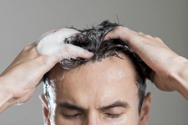 homem-lavando-cabelo-com-shampoo-orgânico