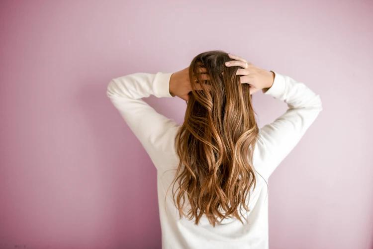 mulher-de-cabelo-longo